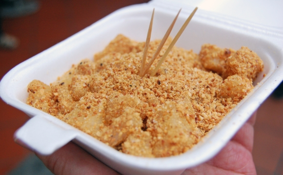Muah Chee (glutinous rice ball coated with grounded peanuts and sesame)