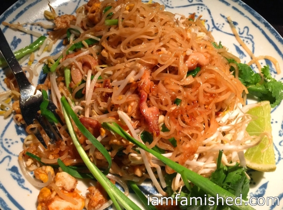 Padt thai (stir fried thin rice noodles with chicken, dried shrimps, bean sprouts, garlic and chives in a tamarind and palm sugar sauce)
